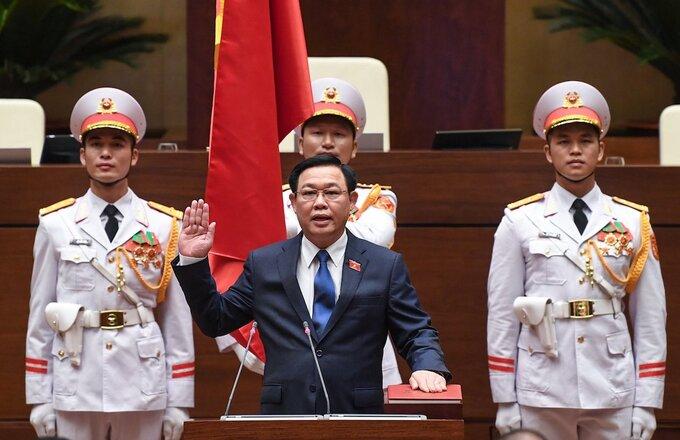 Chủ tịch Quốc hội Vương Đình Huệ thực hiện nghi thức tuyên thệ. Ảnh: Giang Huy.