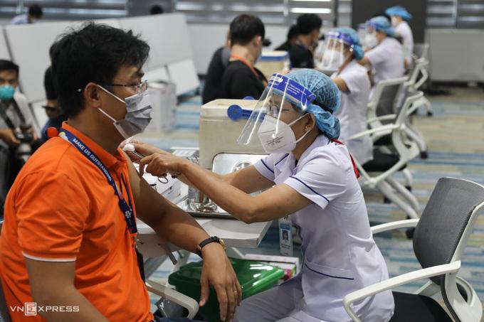 Nhân viên FPT Software ở Khu công nghệ cao được tiêm vaccine Covid-19, ngày 19/6. Ảnh: Quỳnh Trần
