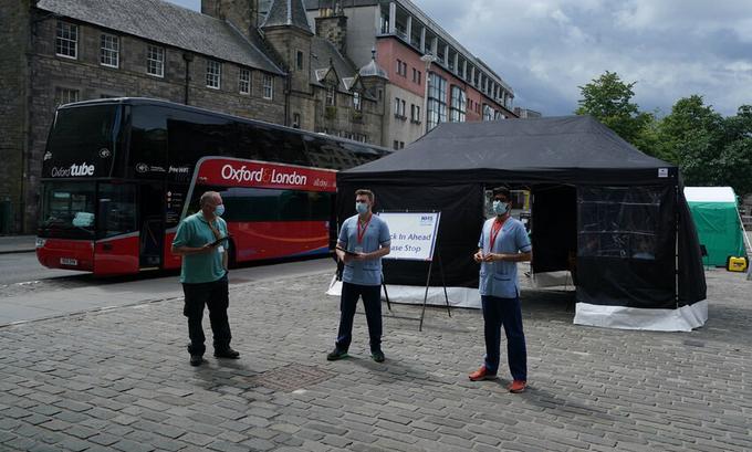 Một điểm tiêm chủng lưu động ở Edinburgh, Scotland tháng này. Ảnh: PA.