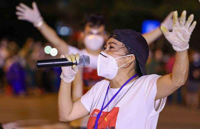 Ca sĩ Phương Thanh làm tình nguyện viên chống dịch hơn một tháng qua. Ảnh: Ngô Trần Hải An.