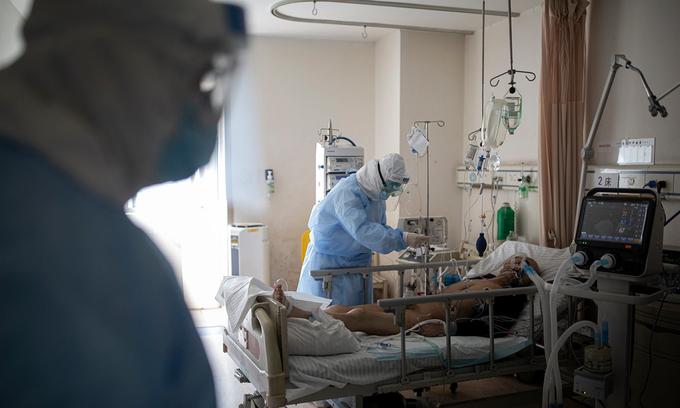 Một bệnh nhân mắc Covid-19 được điều trị tại phòng chăm sóc tích cực (ICU), bệnh viện Chữ thập đỏ Vũ Hán, hồi giữa tháng 2 năm ngoái. Ảnh: Guardian.