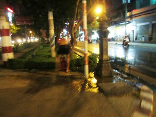Mở trụ nước cứu hỏa để… tắm giữa phố