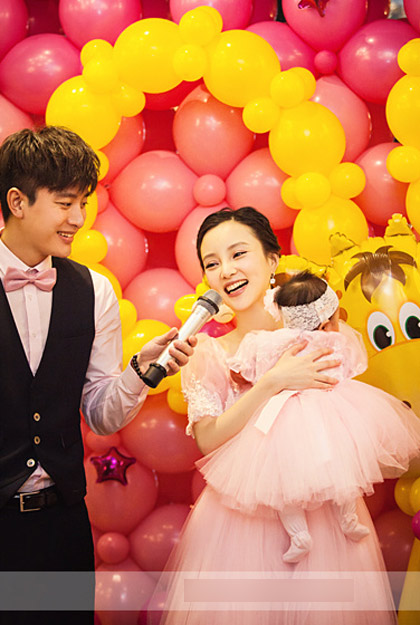 Đôi uyên ương nổi tiếng làng giải trí Hoa ngữ mở tiệc mừng con gái tròn 100 ngày tuổi hôm 30/1. Đây là lần đầu tiên họ khoe con với báo chí.