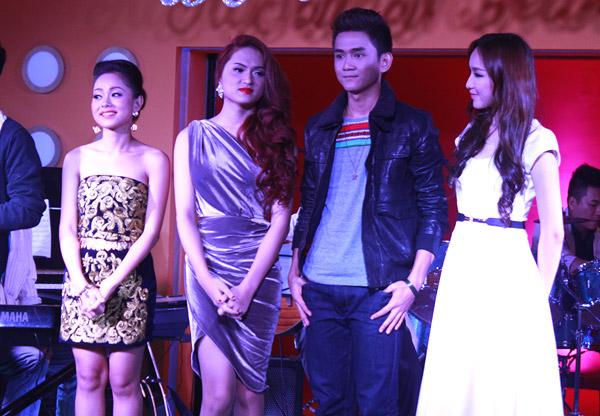 Tối qua (20/2), bộ tứ Idol gồm Hoàng Quyên, Hương Giang, Thanh Tùng và Thảo My đã có một minishow ấm cúng dành cho khán giả của Hà Nội để cám ơn những tình cảm họ đã dành cho các thí sinh trong suốt cuộc thi Vietnam Idol 2012.