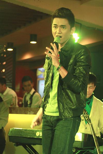 Thanh Tùng cũng chọn những ca khúc nhẹ nhàng như Chiếc lá vô tình, Phố cổ, Home...