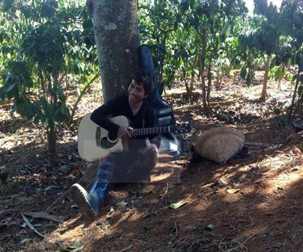 Dù lao động, Ya Suy vẫn ngồi cầm đàn, tươi cười bên gốc cây