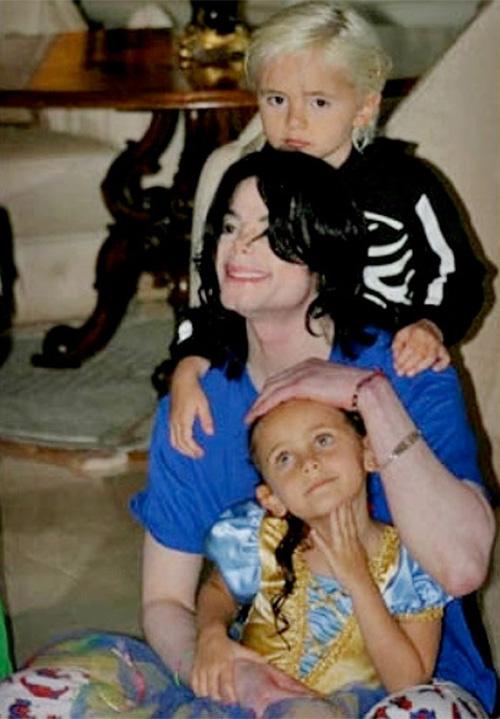 Michael cười hạnh phúc khi các con quấn quýt xung quanh.