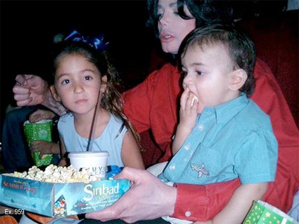 Michael không quên chuẩn bị bắp rang bơ khi xem phim cùng các con.
