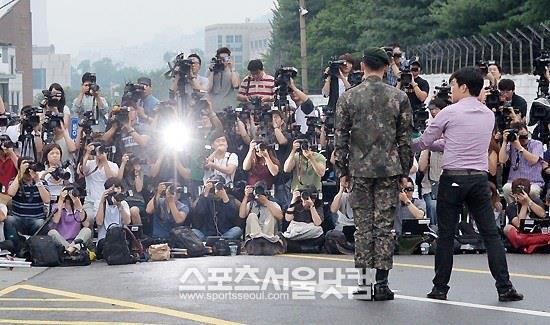 Ngôi sao Hàn chào giới truyền thông.