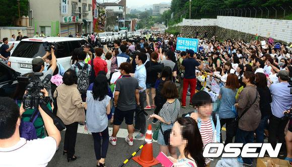 Khoảng 800 người hâm mộ đã đến doanh trại từ chiều tối hôm trước, họ trải bạt và chờ đợi phút giây thần tượng xuất hiện sau cánh cửa doanh trại.