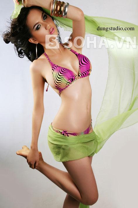 Tiếp tục lộ loạt ảnh bikini Ngọc Trinh năm 17 tuổi chưa từng công bố
