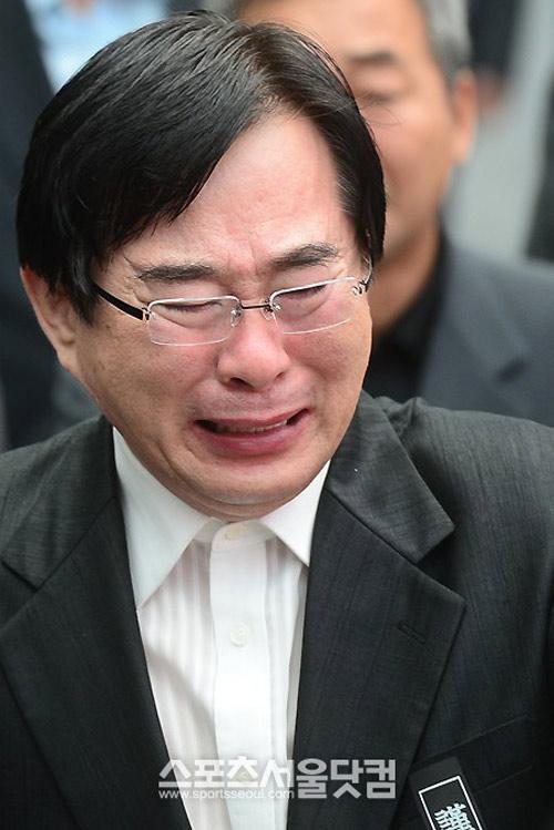 Kim Hee Sun phờ phạc trong tang lễ