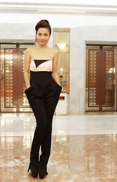 Đinh Hương sexy ngồi