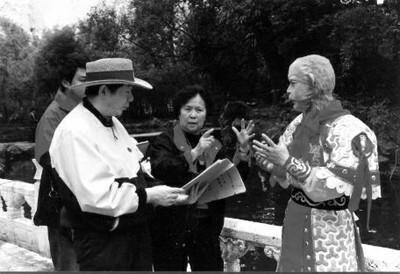 Dương Khiết (giữa) và Vương Sùng Thu (bìa trái) bàn cảnh quay với Lục Tiểu Linh Đồng.