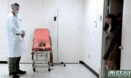Người phụ nữ trong ảnh sau khi bị tiêm, tỏ ra đang phải chịu nỗi đau đớn khủng khiếp.