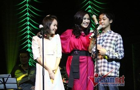 Ca sĩ Thanh Lam cùng hai con Thiện Thanh (trái) và Đăng Quang.