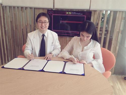 Ngọc Trinh tình tứ với ông bầu tại Hàn Quốc - 5