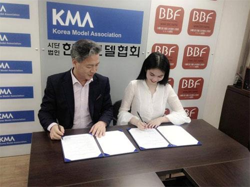 Ngọc Trinh tình tứ với ông bầu tại Hàn Quốc - 4