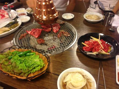 Ngọc Trinh tình tứ với ông bầu tại Hàn Quốc - 13