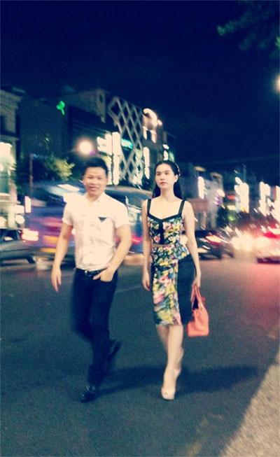 Ngọc Trinh tình tứ với ông bầu tại Hàn Quốc - 14
