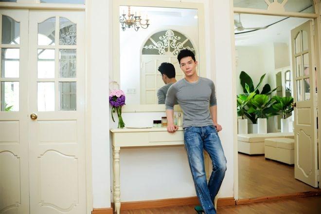 Căn hộ của Nathan Lee mang đậm phong cách Pháp và có đến 2 phòng khách. Xuất thân là nam người mẫu gốc Việt hiếm hoi của công ty Elite Model Management danh giá, Nathan Lee luôn trân trọng và giữ gìn cuốn portfolio hay còn gọi là book, hộ chiếu làm việc của anh trên nhiều nước trên thế giới trong...