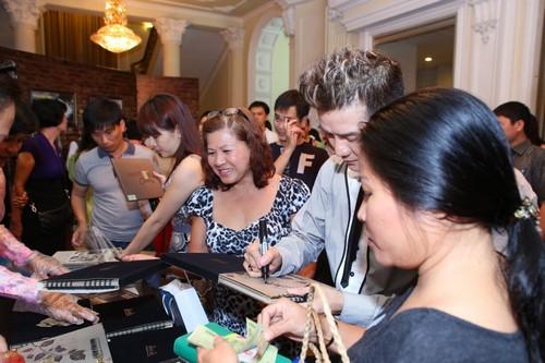 Bố mẹ chồng Hà Tăng hào hứng xem Mr Đàm hát - 3
