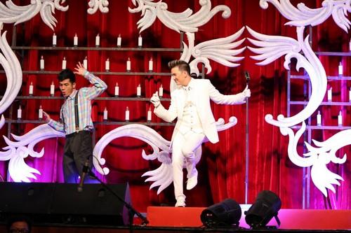 Bố mẹ chồng Hà Tăng hào hứng xem Mr Đàm hát - 5