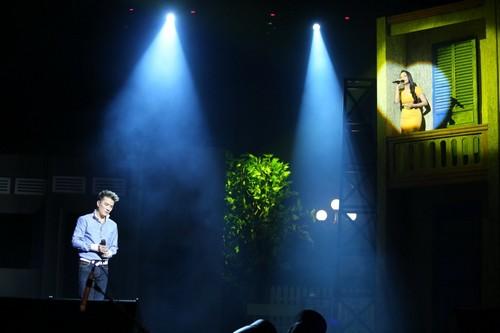 Bố mẹ chồng Hà Tăng hào hứng xem Mr Đàm hát - 9