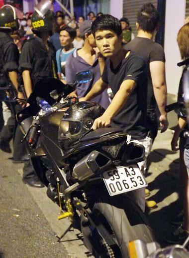 Hà Minh Trí và chiếc môtô bị cảnh sát giao thông kiểm tra tối 22/8. Ảnh: An Nhơn