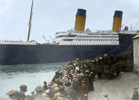 Chuyên gia người Nga thậm chí còn tô màu cả những người đứng chia tay con tàu ở cảng.