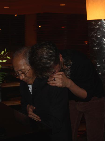 Mr Đàm và giây phút bật khóc ngon lành trên vai vị nhạc sĩ già.
