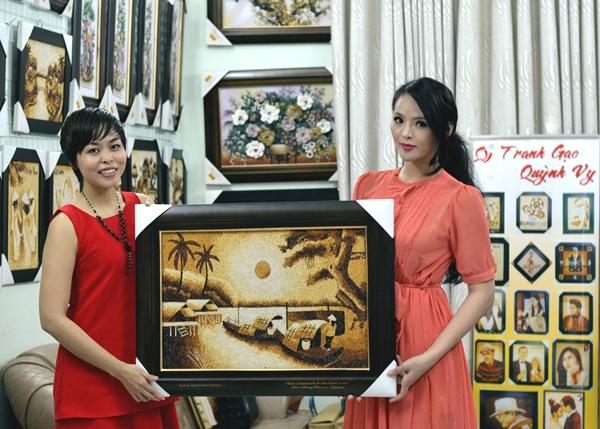 Lại Hương Thảo mang tranh gạo Việt đến Miss World 2013 2