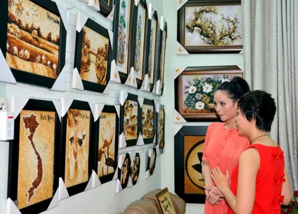 Lại Hương Thảo mang tranh gạo Việt đến Miss World 2013 1