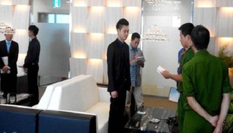 Lực lượng chức năng khám xét trụ sở của Công ty Khải Thái đặt tại tầng 18 tòa nhà Lotte