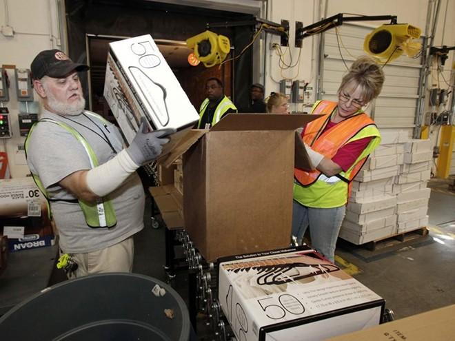 Nhân viên Amazon làm việc ra sao trong kho hàng khổng lồ?