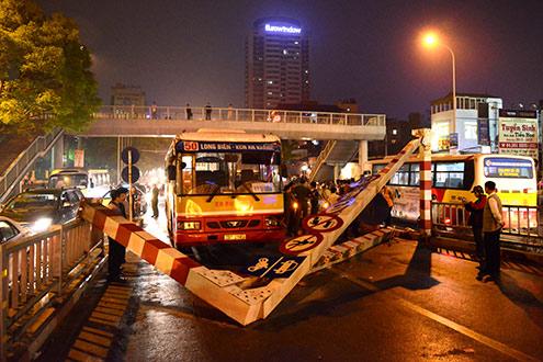 Xe buýt húc đổ cổng thép trên cầu vượt nhẹ
