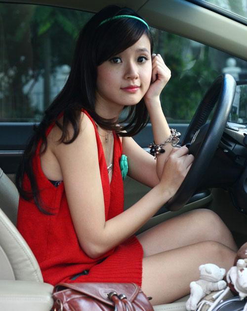 """Những mỹ nhân Việt """"khoe"""" tự kiếm tiền mua xe sang"""