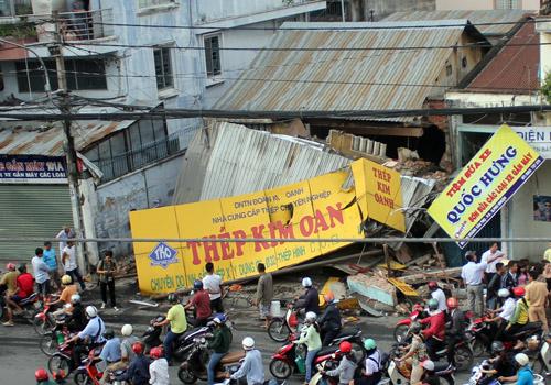 Xe container ủi sập hai căn nhà giữa đêm