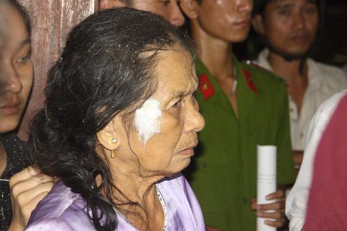 Sau vụ tai nạn kinh hoàng, bà lão này đã rất hoảng sợ và chỉ lắp bắp không thành câu