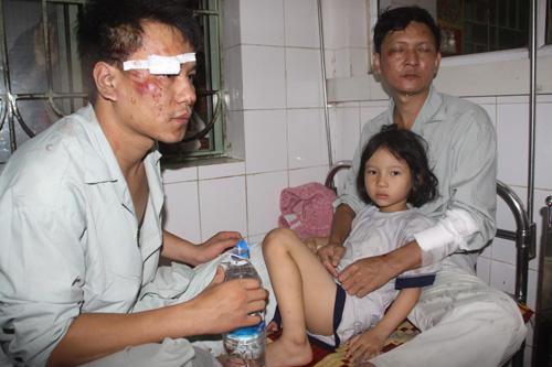 Dù ôm khư khư đứa con nhỏ nhưng anh Nguyễn Văn Minh (37 tuổi) vẫn hoảng sợ khi nhớ lại giây phút kinh hoàng