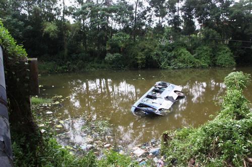 Chiếc xe khách chỉ còn nổi một phần trên mặt nước
