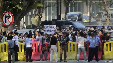 Chiếc xe được cho là chở ông Bạc Hy Lai tới tòa vào sớm ngày 22/8.