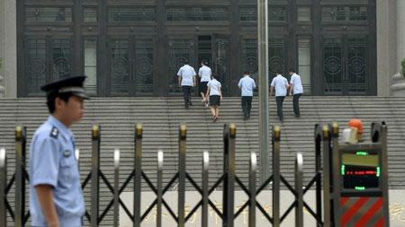 Theo BBC, phiên tòa được chọn ở Tế Nam có lẽ là để cách xa trung tâm ủng hộ ông Bạc.