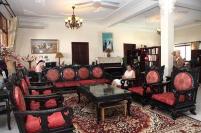 Một góc phòng khách nhà Mỹ Lệ với những đồ nội thất bằng gỗ đắt tiền