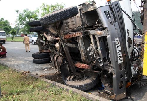 Xe tải bị lật ngang sau khi đâm vào xe dừng đèn đỏ phía trước. Ảnh: An Nhơn