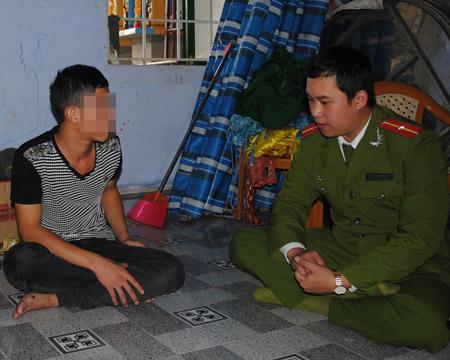 Thiếu úy Nguyễn Thanh Tùng thăm hỏi và nhắc nhở đối với Đặng H- người vừa ra tù về tội trộm cắp tài sản.