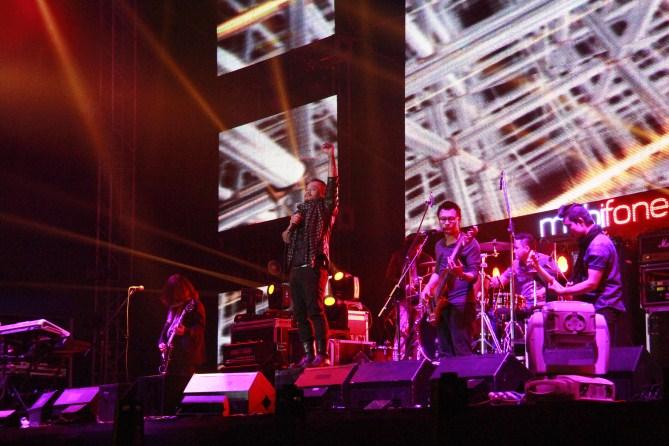 Sau hành trình xuyên Việt qua 6 tỉnhh, thành phố Hải Phòng, Huế, Đà Nẵng, Biên Hòa (Đồng Nai) và TP. Hồ Chí Minh, Cần Thơ, show nhạc RockStorm do MobiFone tổ chức đã trở lại Hà Nội. Hơn 22 nghìn những người yêu nhạc rock đã hội tụ về SVĐ Mỹ Đình đêm 11.1 để thưởng thức và hòa mình vào những bản rock vô cùng sôi động do 7 ban nhạc rock lừng danh là Bức Tường, Ngũ Cung, Microwave, Oringchains, KOP và Thủy Triều Đỏ và ban nhạc đến từ Thụy Điển, Andromeda biểu diễn.
