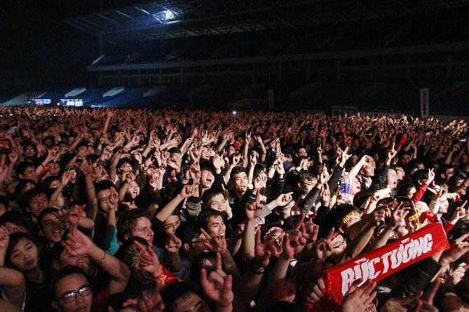 Hàng chục nghìn khán giả cuồng nhiệt hòa nhảy múa hò theo bản rock sôi động của Bức Tường.