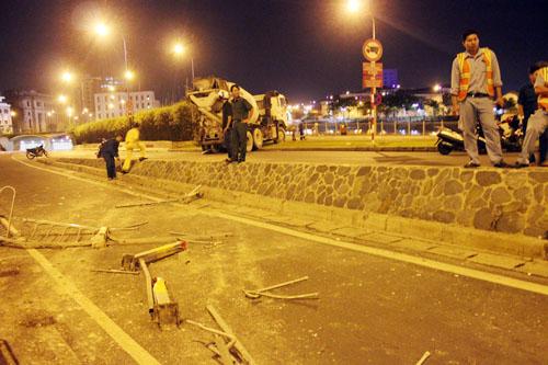 Xe bồn gây tai nạn cách hầm Thủ Thiêm vài chục mét. Ảnh: An Nhơn