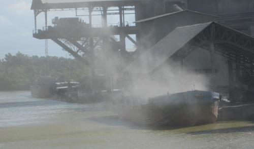 Nhà máy xi măng Kiên Lương vận chuyển clinker làm bụi bay khắp nơi
